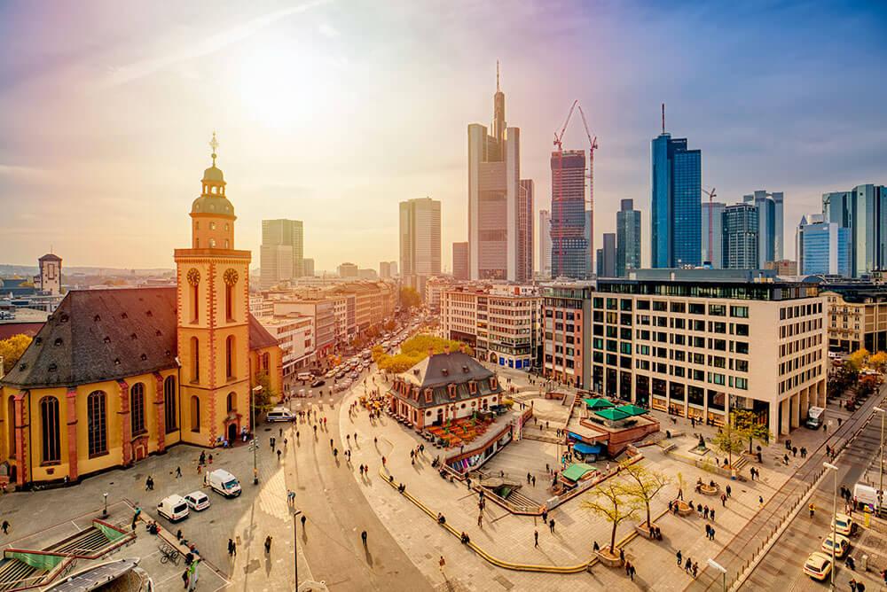 DIV - Deutsche Immobilien Verwaltung GmbH - Fokusstadt Frankfurt am Main mit Kirche und großem Platz